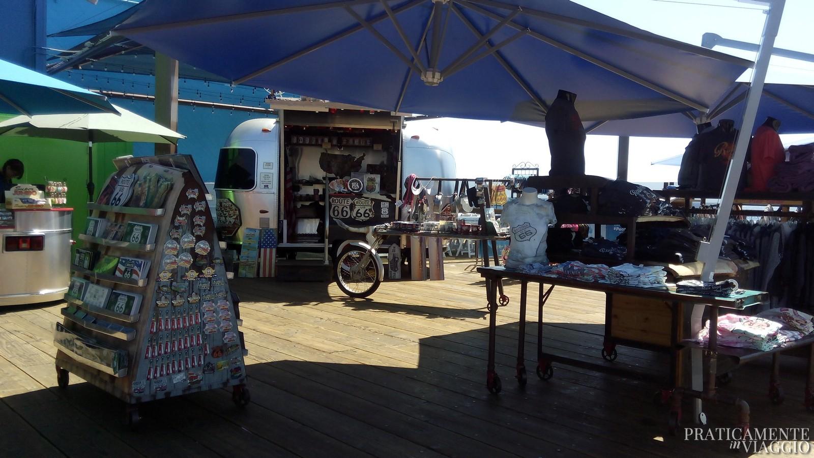 Bancarelle sul Santa Monica Pier route 66