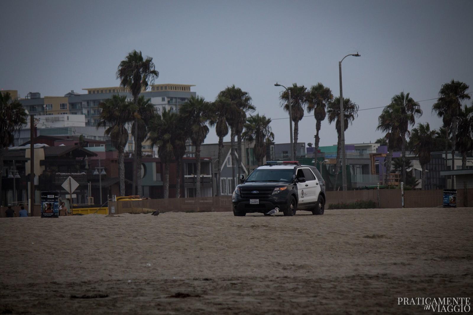 macchina della polizia sulla spiaggia di Venice Beach